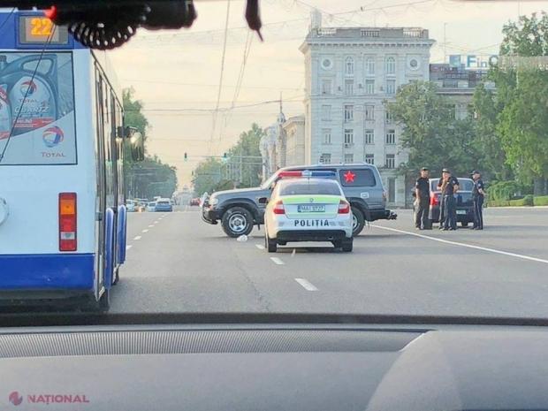 EXCLUSIV, FOTO // Unul dintre șoferii care a protestat împotriva scumpirii carburanților a BLOCAT două benzi ale bd. Ștefan cel Mare. Anterior a intrat cu mașina în șediul Direcției Arhitectură
